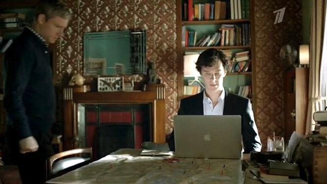 Шерлок Холмс работает за MacBook
